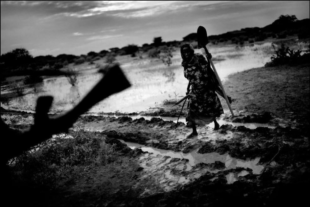 02) Беженцы пересекают границу Кении и Сомали в городе Либои.