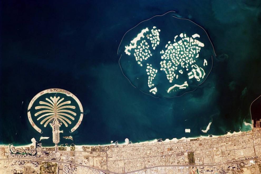 2. Среди лучших применений космической станции, по мнению Эванс, это перспектива, которую она предлагает развитию человечества. К примеру, 13 января 2010 года изображение Дубая в ОАЭ демонстрирует город с воздуха. На фото слева Джумейра – остров в виде пальмы, для создания которого понадобилось более 1,7 миллиарда кубических футов песка. Справа на фото Мировые острова, завершенные в 2008 году, для них понадобилось 11,3 миллиардов кубических футов песка. Внизу справа можно разглядеть Бурдж Калифа – самый высокий небоскреб, открывшийся 4 января. (Image Science & Analysis Laboratory, NASA Johnson Space Center)