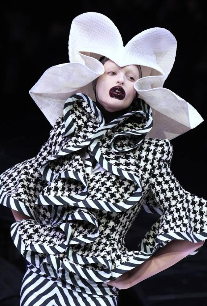 3. Модель демонстрирует творение британского дизайнера Александра МакКуина на показе коллекции осень-зима 2009 10 марта 2009 года в Париже. (Francois Guillot / AFP - Getty Images)