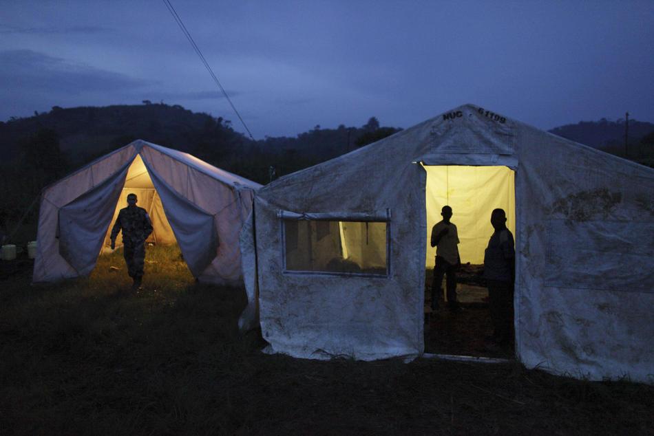 3. Мятежники хуту, включая Элиаса Санвура (справа), укрываются в палатках в лагере. (AP Photo/Rebecca Blackwell)