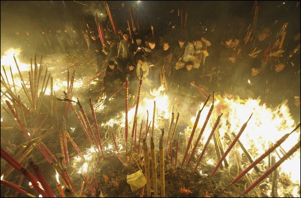 2) Верущие воскуряют фимиам около храма Дафо.(Reuters/Stringer/China)