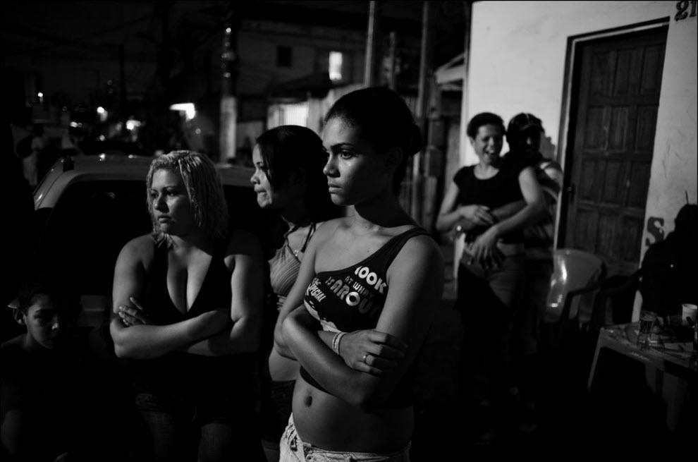 03) Местные жители на вечеринке в баре.