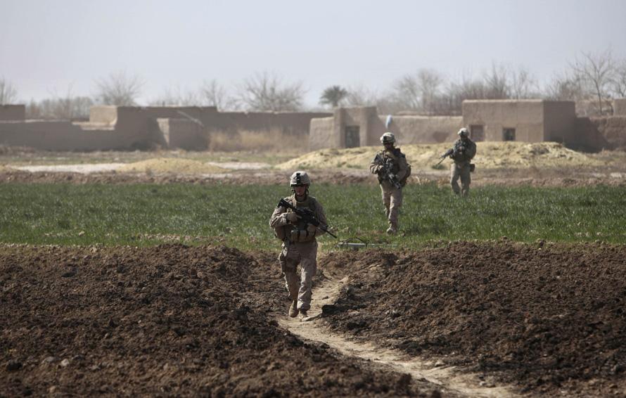 3. Морпехи патрулируют город Маржах 17 февраля. (AP Photo/Altaf Qadri)