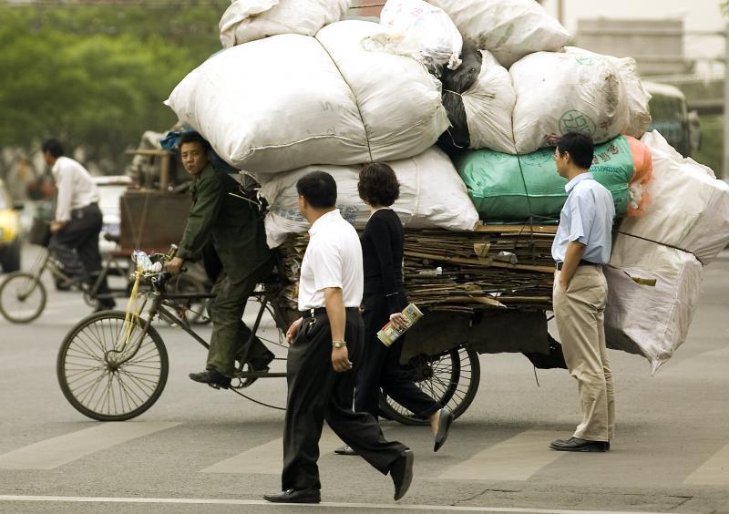 3. Китаец нагрузил мусор на свой велосипед в Пекине 8 мая 2007 года. (UPI Photo/Stephen Shaver)
