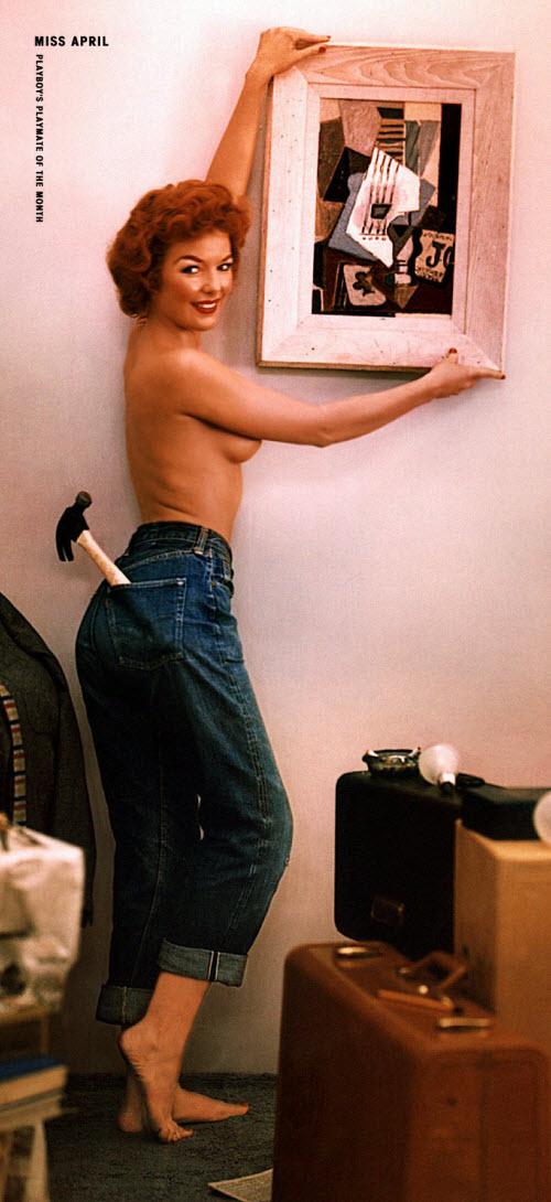 03) Характерная черта «Плейбоя» тех лет — относительная скромность снимков. Сексуальная революция шестидесятых еще впереди, поэтому еще лет десять на страницах журнала будет нормальным скрывать даже грудь. Об обнажении «низа» тогда не могло быть и речи. Расти Фишер (Rusty Fisher), апрель 1956 года — для нынешнего Playboy это более чем скромно: