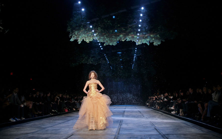 3. Модель демонстрирует наряд из осенней коллекции 2010 от дизайнера Айзека Мизрахи в Нью-Йорке. (AP Photo/Bebeto Matthews)