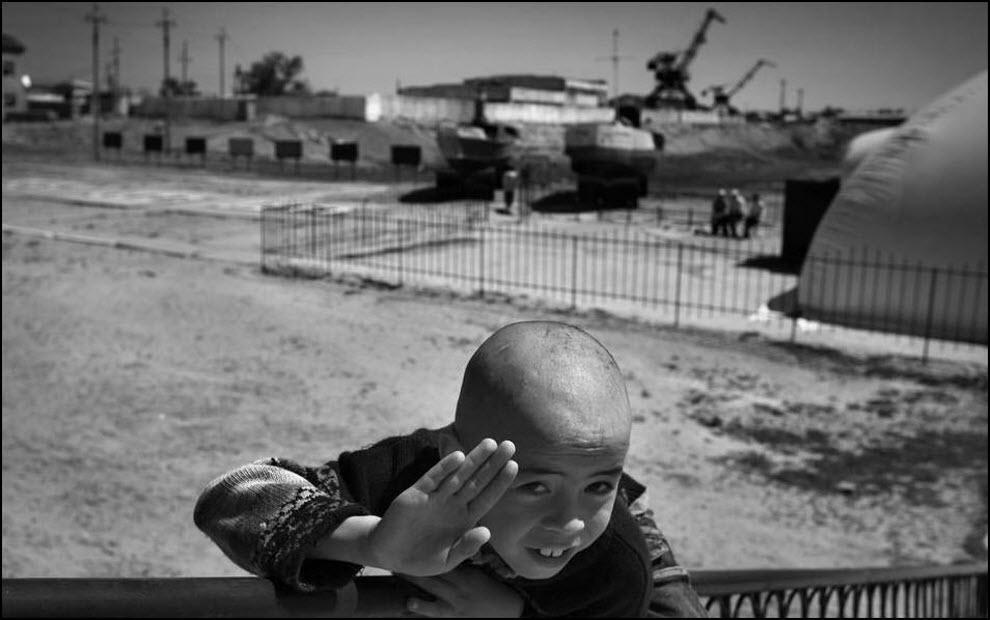 03) Мальчик играет рядом со старым портом Аральска.