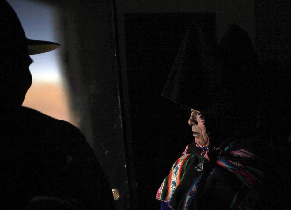 3. Женщина народа аймара осматривает новый офис мэра, построенный на средства, полученные в качестве материальной помощи от боливийского государства. (AP Photo/Dado Galdieri)