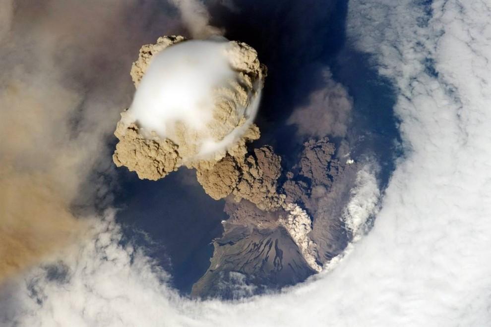 3. 12 июня 2009 года космическая станция удачно проходила над вулканом Сарычев на Курилах, на северо-востоке от Японии, во время ранней стадии его извержения. Ученых особенно интересует то, как образуются облака наверху и вокруг столпа пепла. «Понять, как начинается извержение вулкана, - одна из ценностей науки», - говорит Эванс. (Image Science & Analysis Laboratory, NASA Johnson Space Center)