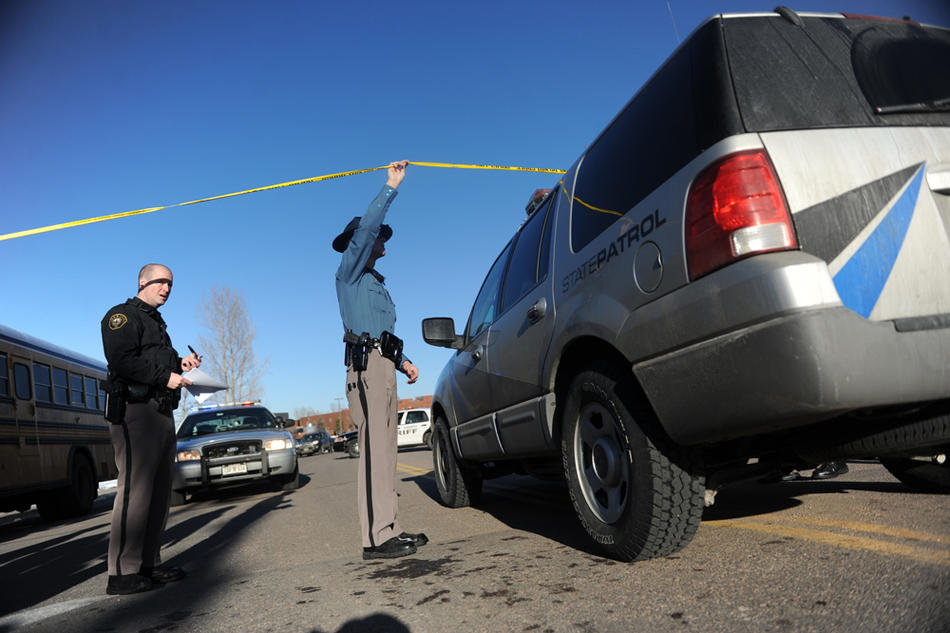 3. Полицейские оцепили место преступления у школы «Deer Creek». (Photo by Reza A. Marvashti / The Denver Post)