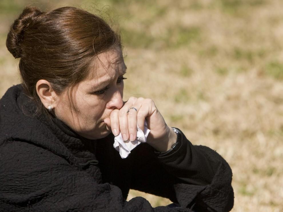 3) Элизабет Ходжеда-Ромо сидит на обочине напротив горящего здания налоговой. (Jay Janner/AMERICAN-STATESMAN)