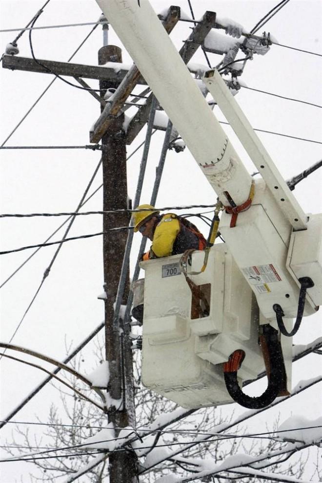 4. Сотрудник компании «Pepco» пытается восстановить электричество в Вашингтоне. (Jacquelyn Martin / AP)