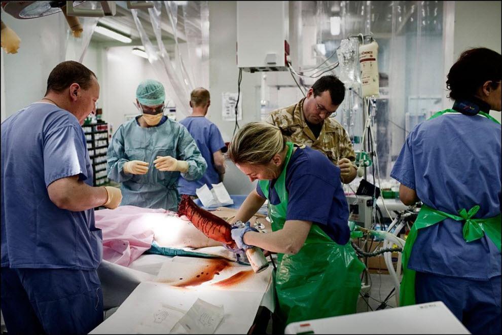 04) Группа хирургов готовится к операции, американский солдат с множественными ранениями и оторванной рукой.