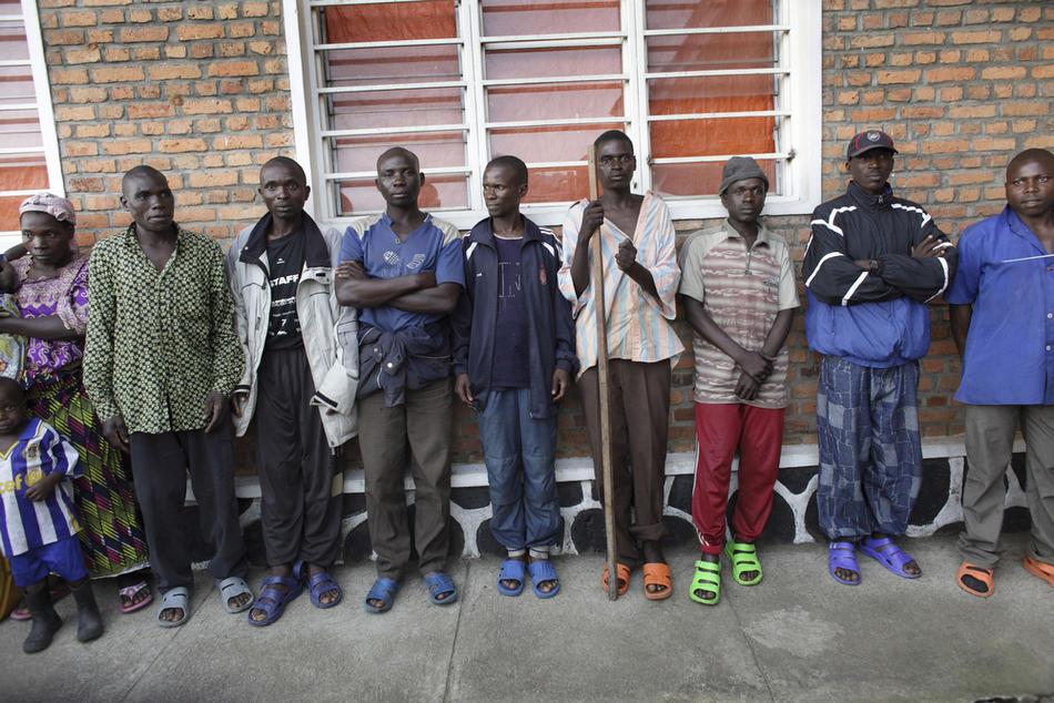 4. Солдаты милиционной армии выстроились в ряд, прибыв в лагерь в поселке Мутобо в Руанде на переобучение. (AP Photo/Rebecca Blackwell)