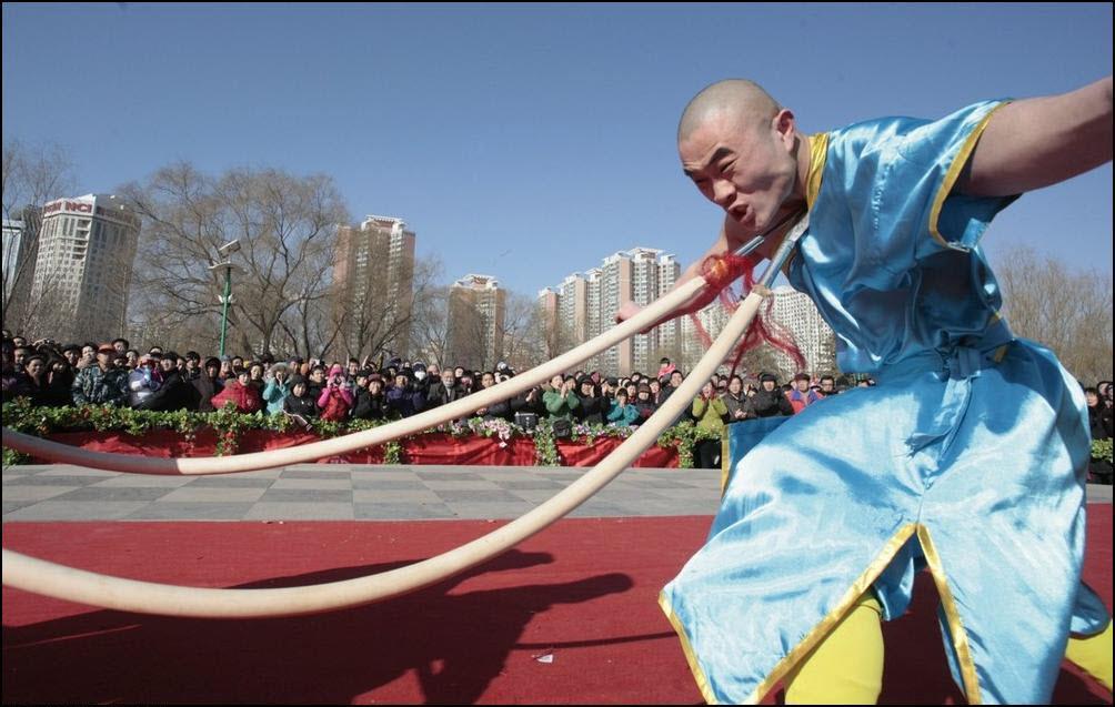 3) Ванг Хэй Тин сгибает шеей острые копья. (Reuters/Christina Hu)
