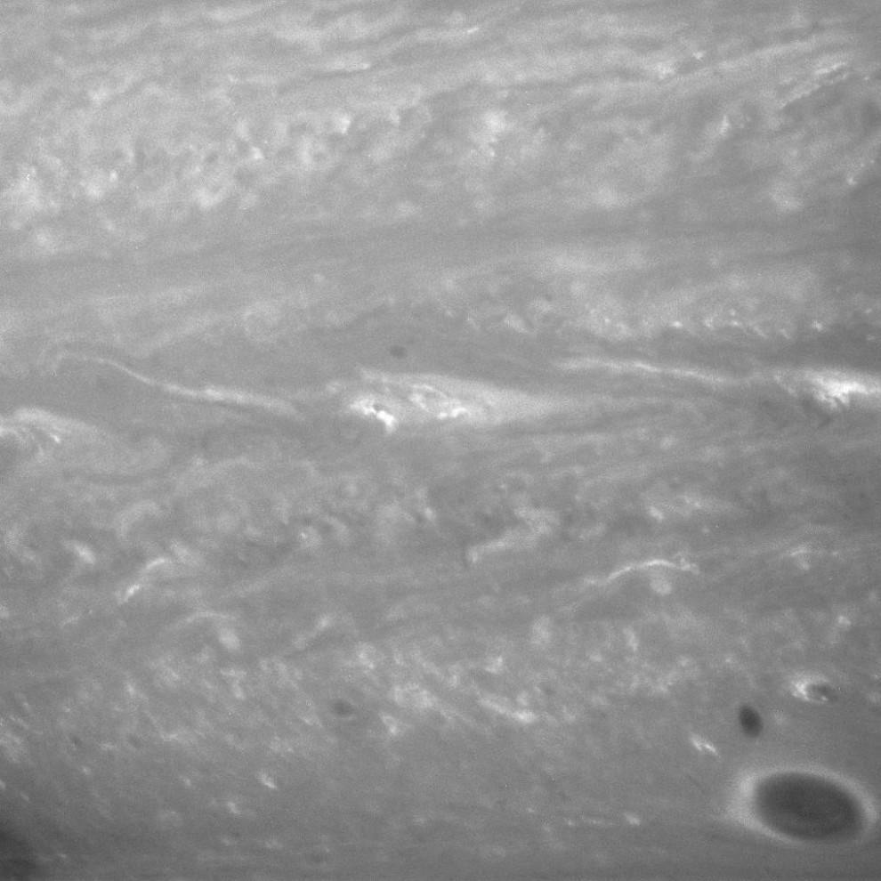 6) На поверхности планеты были замечены мощнейшие ветра, которых нет на других планетах Солнечной системы. Скорость ветра на Сатурне может достигать местами 1800 км/ч. Этот снимок получен аппаратом Кассини 17 сентября 2007 года через фильтр, чувствительный к инфракрасным волнам на длине 750 нм. Дистанция составляет около 3.5 млн. км, разрешение около 21 км на пиксель. В этом районе закрученной атмосфере Сатурна были зарегистрированы ветра, достигающие силы в 360 км/ч, что намного сильнее, чем самые мощные ураганы на Земле.