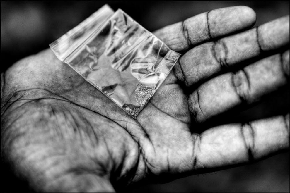 04) Супарман показывает сегодняшний ``улов``. В день нелегальные золотодобытчики зарабатывают от 10 до 20 долларов.
