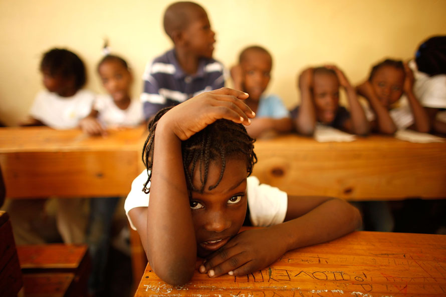 4. Дети приюта на уроке математики в Порт-о-Пренс. Детей в этом приюте называют «одинокими», потому что многие из них сироты, в то время как у некоторых все еще могут быть живы родители, которых они потеряли после землетрясения. После ареста миссионеров из Айдахо, пытавшихся украсть детей и отправить в Доминиканскую республику, эти дети были направлены в приют. (Photo by Chip Somodevilla/Getty Images)