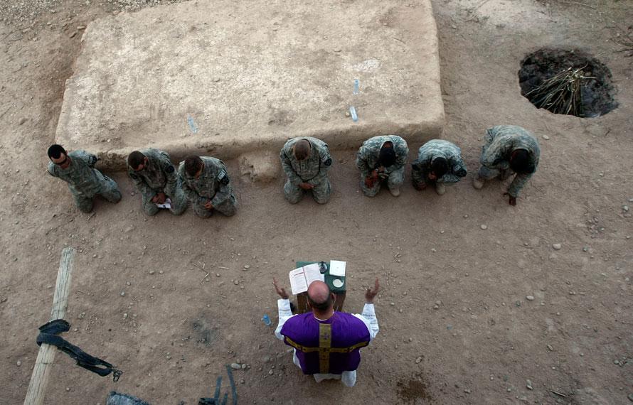4. Американские солдаты стоят на коленях перед священником Карлом Саблером на массовой службе на посту в Бадула Калп на западе провинции Гильменд. (AP Photo/Pier Paolo Cito)