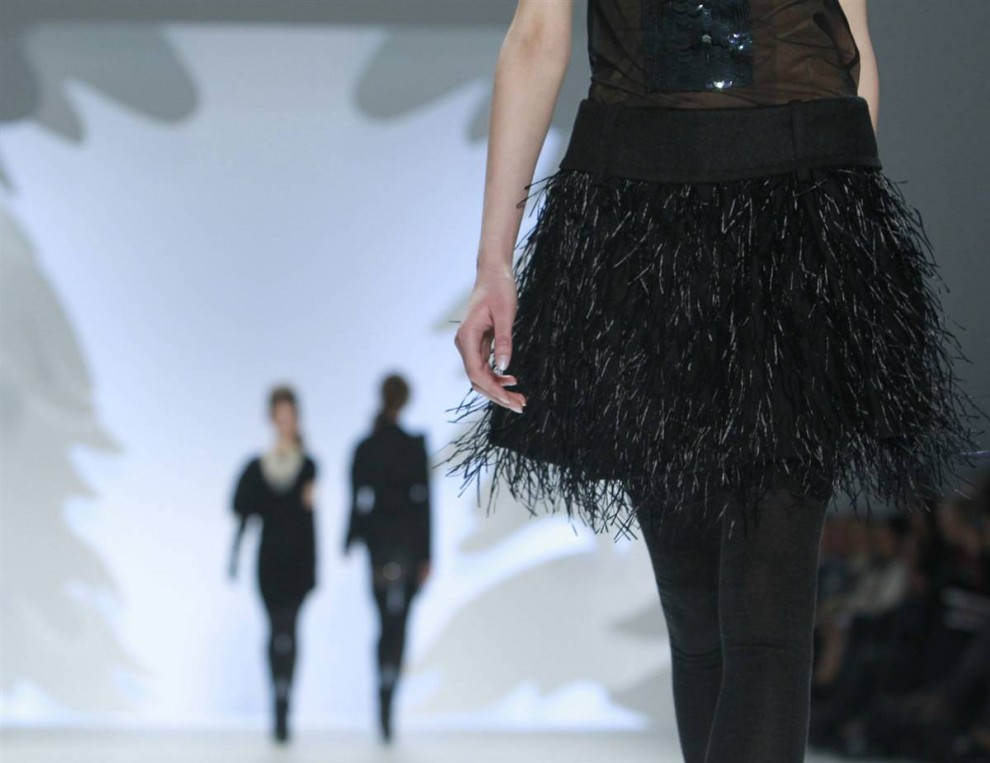 4. Коллекция «осень 2010» от Веры Ванг состояла из роскошных нарядов с блестками, элементами из тюля и перьями в мрачных тонах. (Brendan Mcdermid / Reuters)