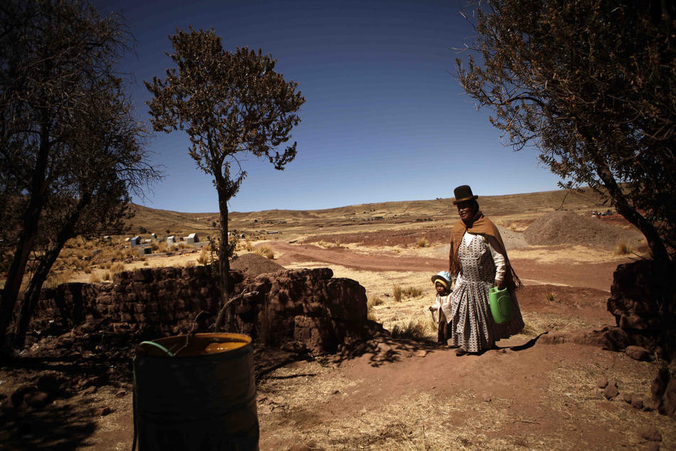4. Женщина – представительница племени аймара – и ее дочь идут по деревне Иисус де Мачака. (AP Photo/Dado Galdieri)
