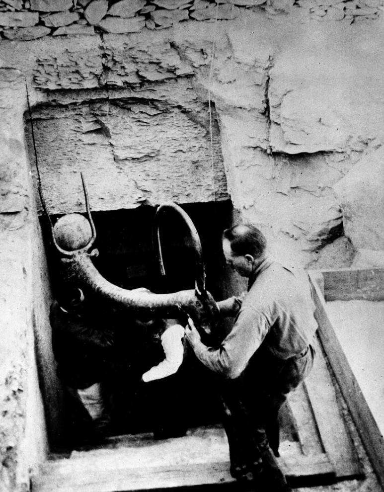 4. Археологи достают предмет из гробницы фараона Тутанхамона в долине фараонов в Луксоре, Египет, 1923 год. (AP Photo)