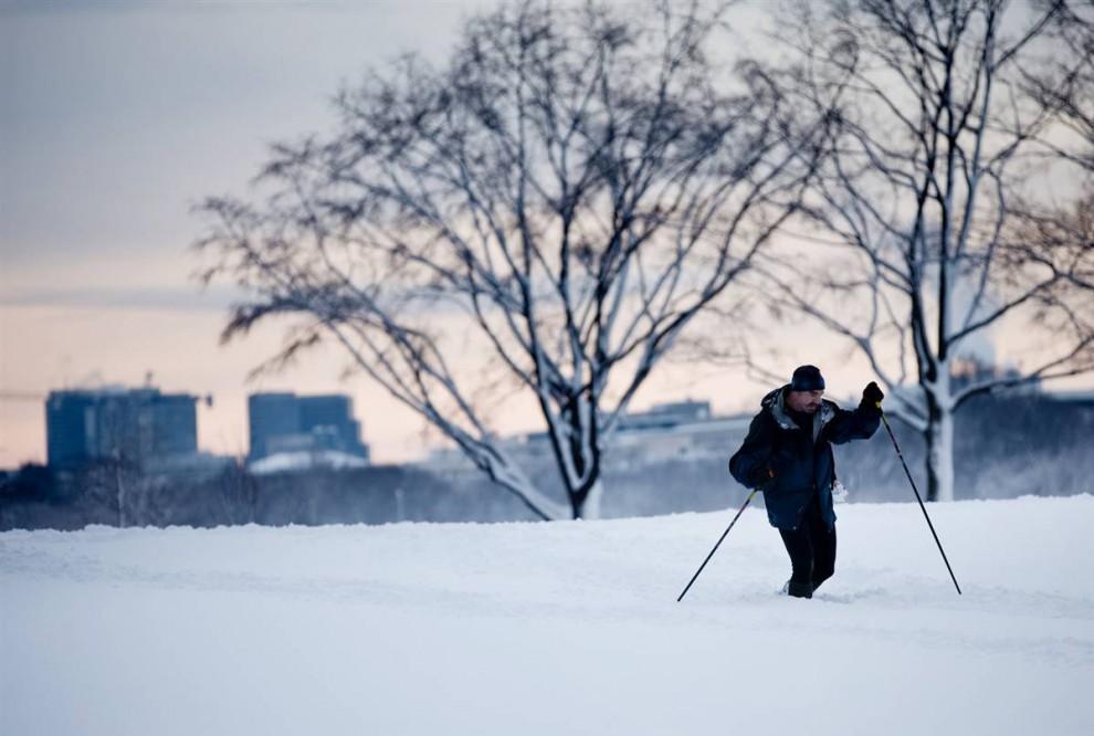 5. Мужчина едет на лыжах в Вашингтоне, округ Колумбия. (Brendan Smialowski / Getty Images)