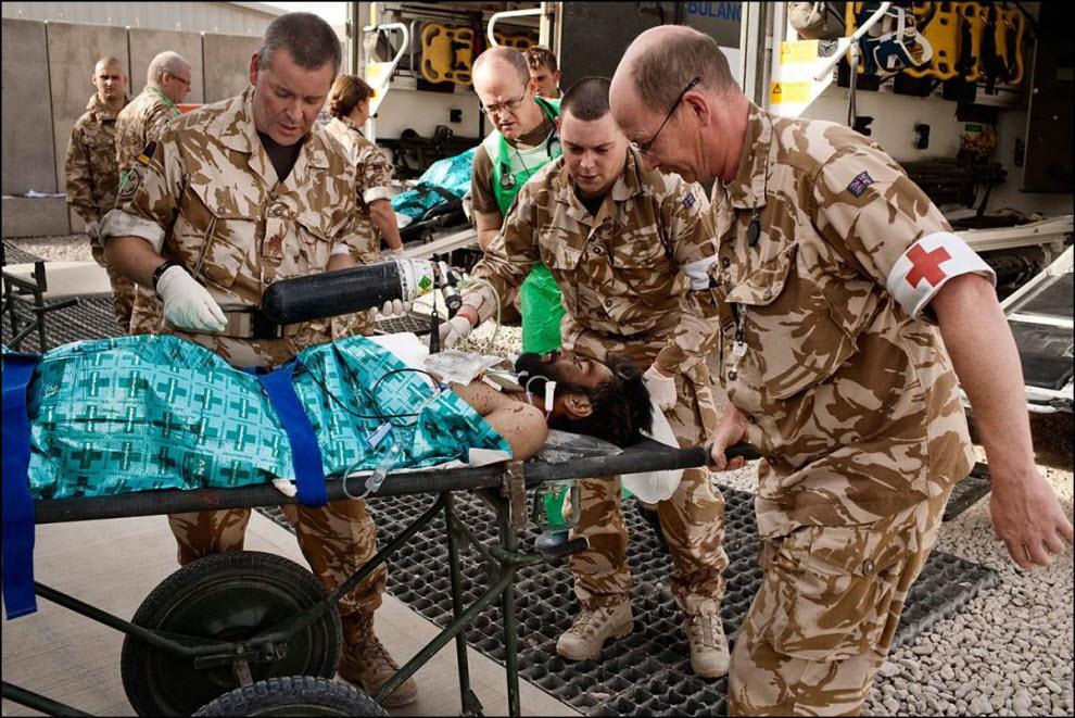 05) Перевозка раненого из автомобиля ``скорой помощи`` в госпиталь.
