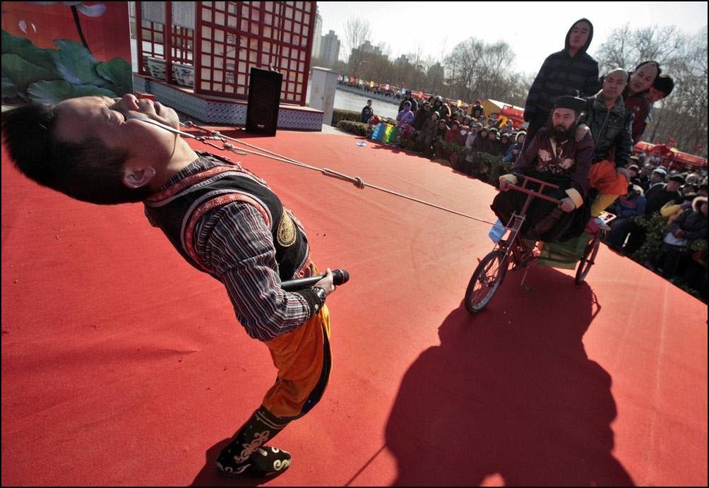 4) Янг Ган Дзе тянет веками трицикл с пятью китайцами. (Reuters/Christina Hu)