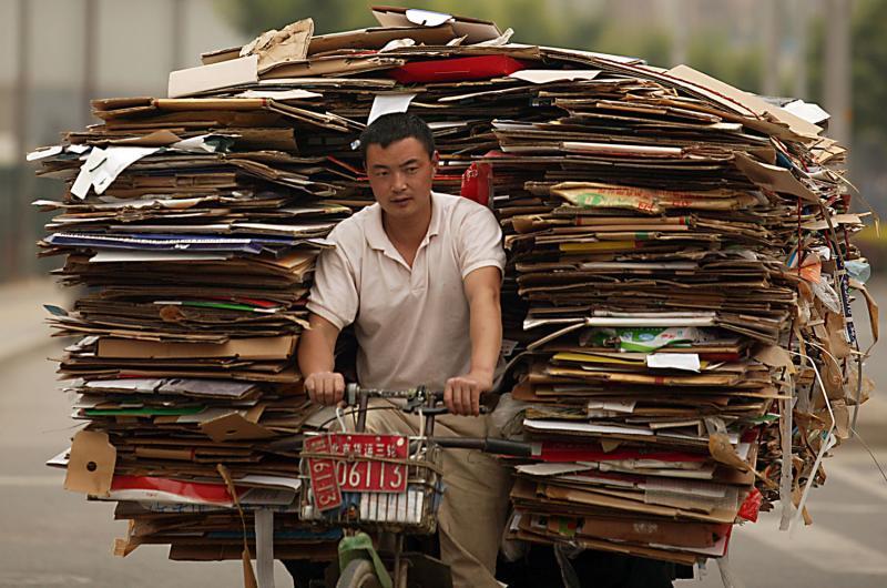 5. Китаец везет мусор в пункт переработки 13 мая 2009 года. Объем мусора в Пекине растет с каждым годом и скоро может стать просто непреодолимым. «Скоро в Пекине будет мусорный кризис», - говорит один из чиновников Ченг Енг. (UPI Photo/Stephen Shaver)