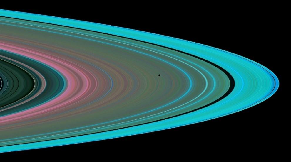 7) Отличительная особенность Сатурна - ярко выраженные кольца, которые впервые были замечены голландцем Христианом Гюйгенс в 1659 году.Кольцевая система, в которой выделяют четыре наибольших кольца и множество малых, состоит в основном из миллиардов частичек льда, меньшего количества горных пород и пыли. При этом ширина колец составляет 400 тысяч км, а толщина - всего несколько десятков метров.