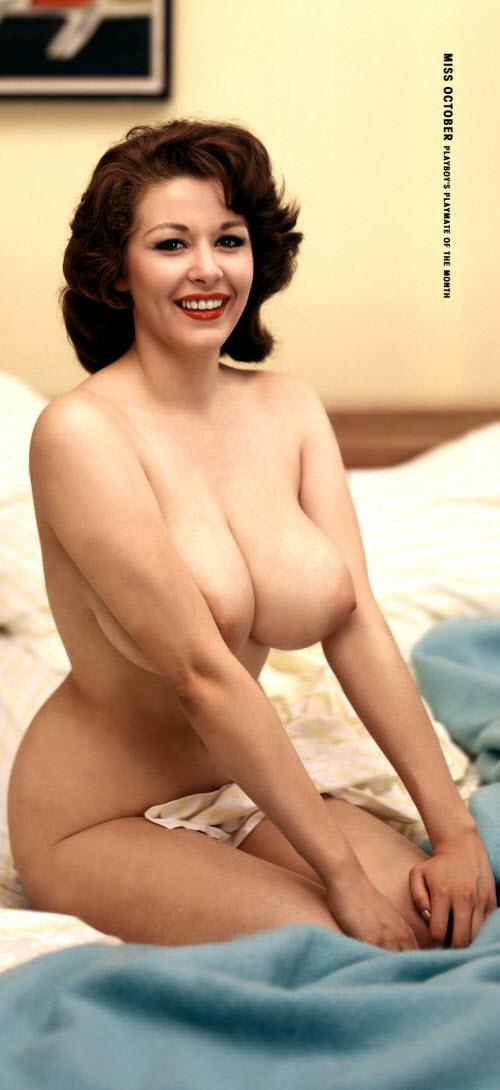 05) Еще одна вещь, о которой думаешь, когда смотришь на этих девушек — что выглядят они гораздо старше, чем есть на самом деле. То ли из-за мощных форм, то ли из-за старомодных (по нынешним стандартам) причесок, то ли из-за яркой косметики... Вот, например, Элэйн Рейнольдс (Elaine Reynolds), октябрь 1959-го. Я бы смело дал ей сороковник, а ей здесь всего 20: