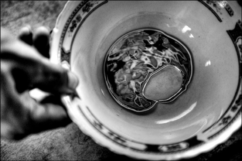 05) Нелегалы используют ртуть чтобы уловить частицы золотого песка из грязи. Затем ртуть и золото процеживают через ткань, чтобы золото отделилось.
