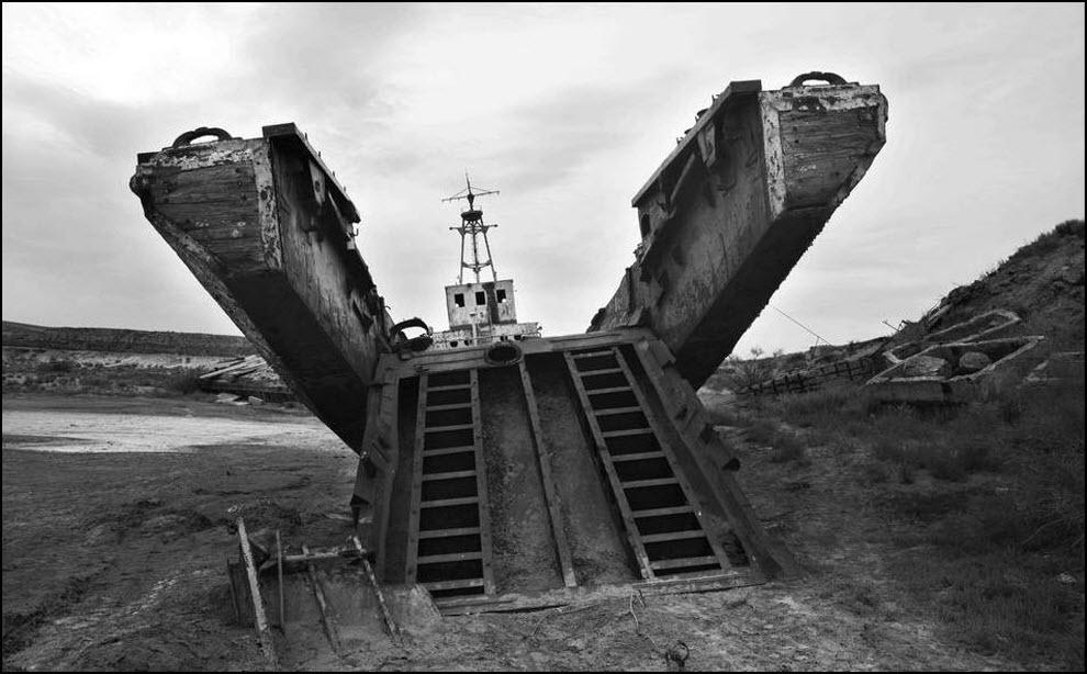05) Еще один памятник некогда многочисленному флоту Аральского моря.