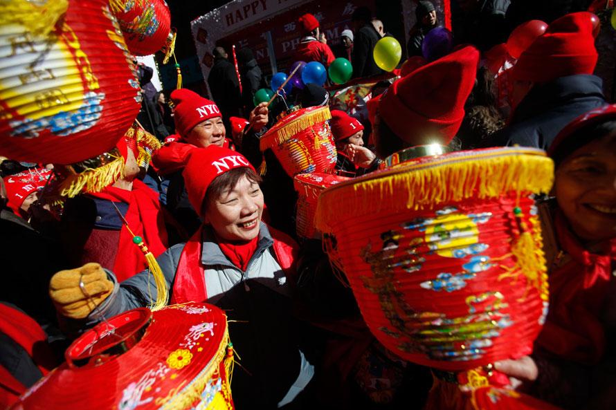 5. Люди готовятся к параду в честь лунного нового года в Нью-Йорке. (AP Photo/Seth Wenig)