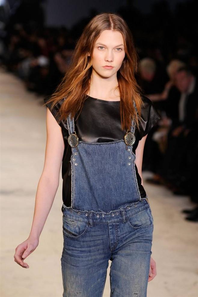 5. Модель в джинсовом комбинезоне на показе коллекции от «Diesel Black Gold». (Fernanda Calfat / Getty Images)