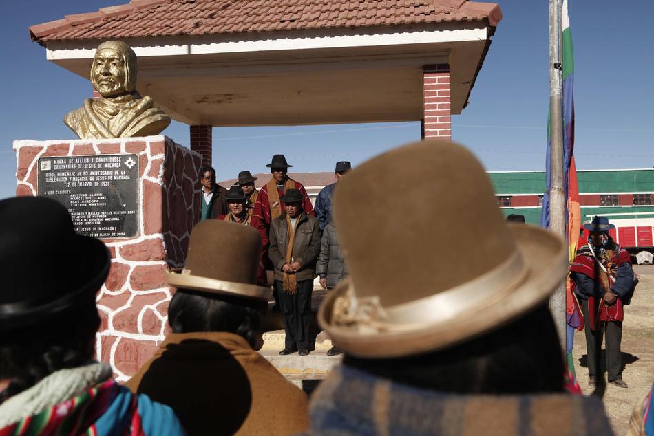5. Представители индейского народа аймара с первой автономной территории Боливии в деревне Иисус де Мачака поднимают флаг своего народа. (AP Photo/Dado Galdieri)