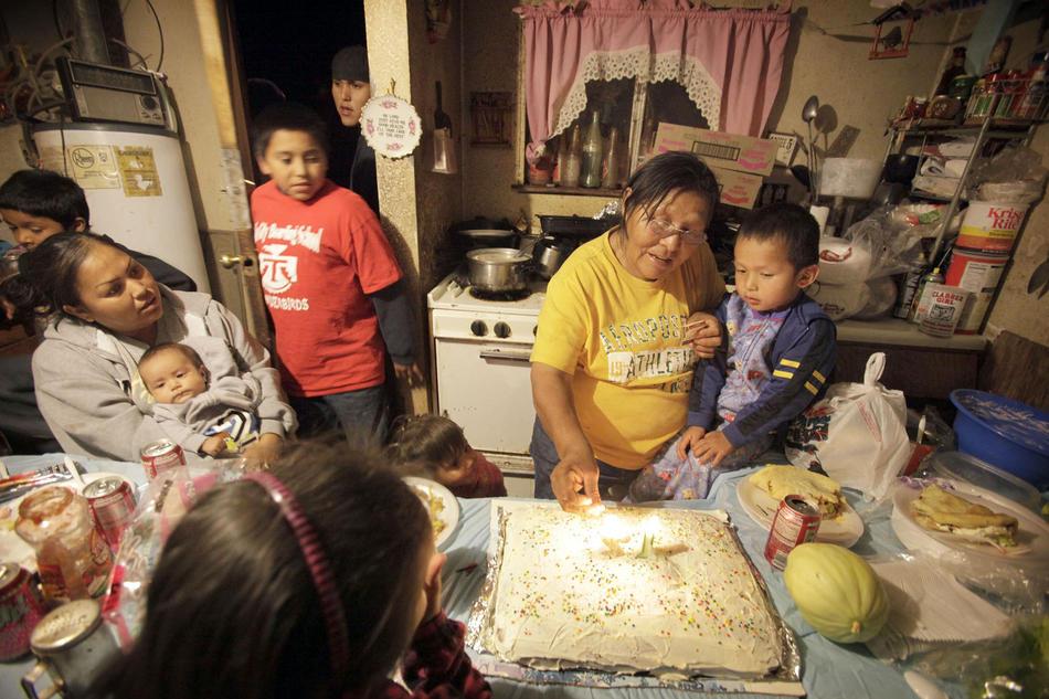 6. Ирен Джордж (справа) с внуком Иландриком Бегэем на праздновании его дня рождения. Ирен говорит, что семья – это то, что «держит нас вместе, несмотря ни на что». (Los Angeles Times photo by Barbara Davidson)