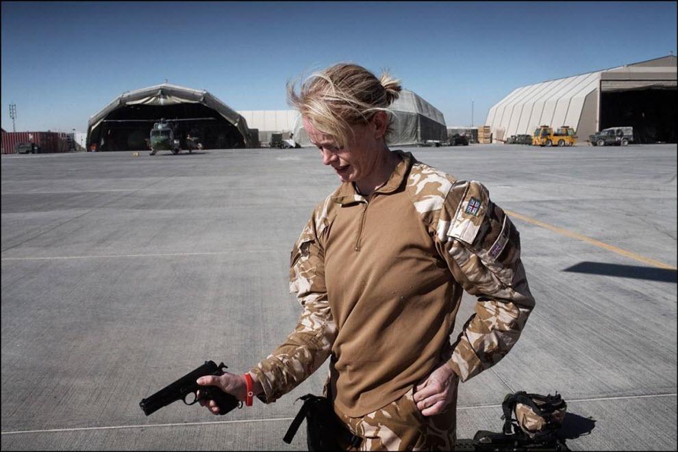 06) Фиона МакГлинн проверяет свой пистолет.