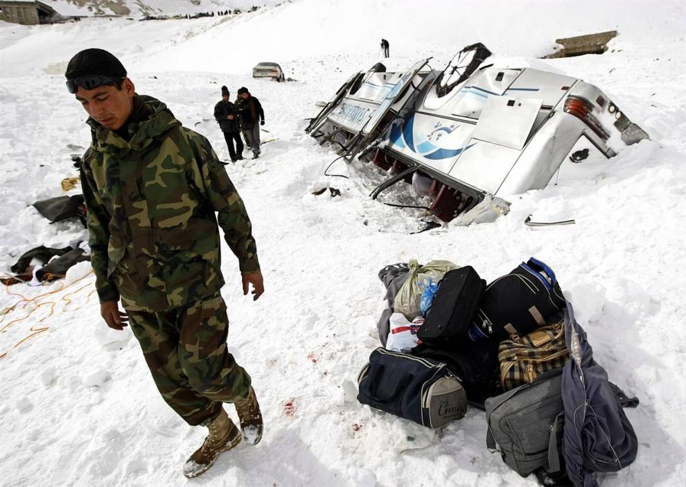 6) Спасатели сообщают, что среди автомобилей попавших под завалы во время схода лавин были два автобуса. А одном из автобусов найдены 15 погибших. (Omar Sobhani / Reuters)