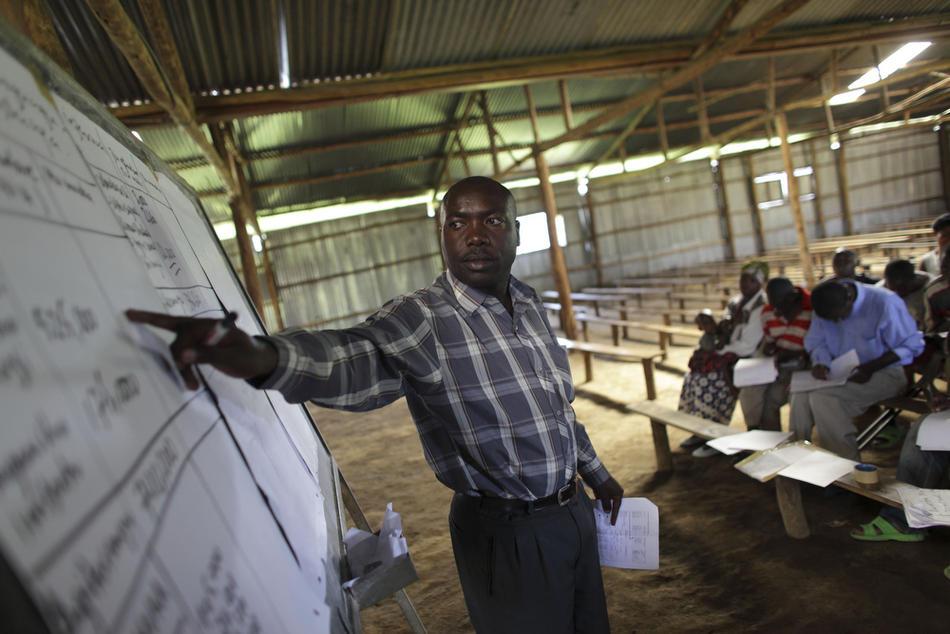 6. Алексис Нахобари проводит урок по бухгалтерии в классе демобилизовавшихся военных в лагере, где бывшие мятежники переобучаются для «нормальной» жизни в Мутобо. (AP Photo/Rebecca Blackwell)