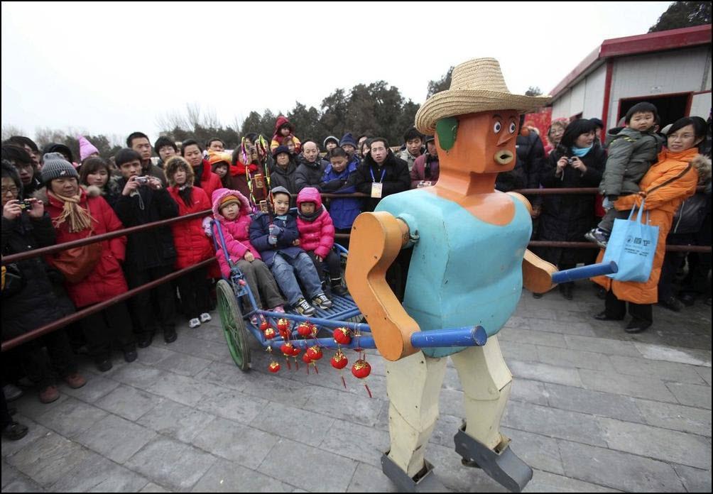 5) Самодельный робот, которого сконструировал фермер Ву Юлу катает в рикше детей. (Reuters/China Daily)