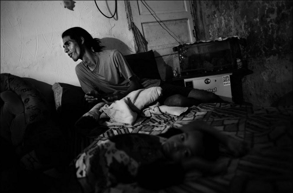 06) Фабрицио Мартинс обедает в своем доме, фавела Жардим Эдит.