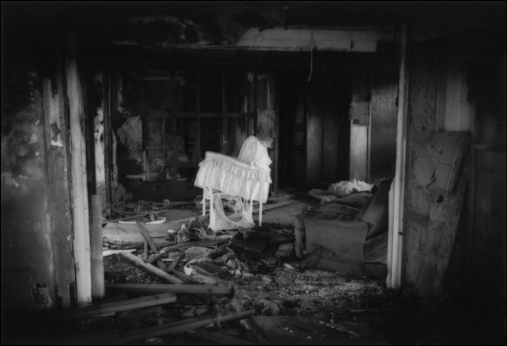 06) Заброшенный дом на окраине пустыни в Калифорнии.