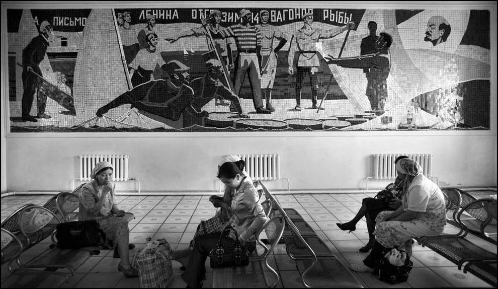 """06) Мозаика на вокзале Аральска. Надпись гласит:""""На письмо Ленина отгрузим 14 вагонов рыбы."""""""