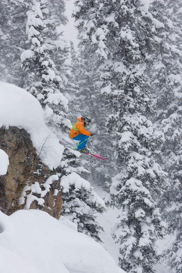 6. Мэтт Лужков из Джексон Хоул, штат Вайоминг, едет на лыжах во время 19-го ежегодного Чемпионата по экстремальному катанию на лыжах в Крестед Батт, штат Колорадо. (AP Photo/Courtesy of Crested Butte Mountain Resort, Nathan Bilow)