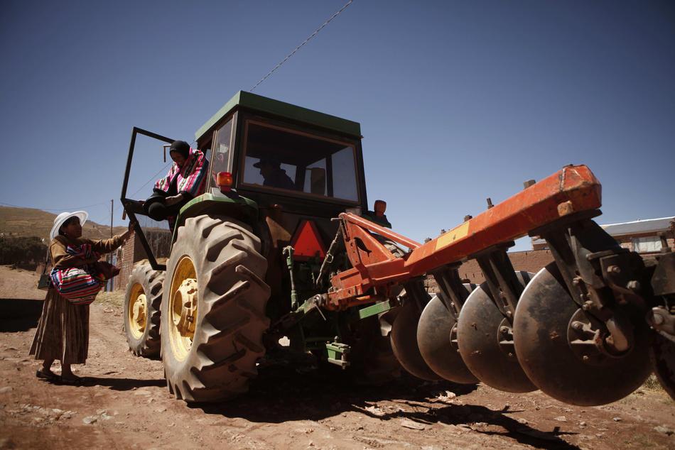 6. Женщины слазят с трактора на автономной территории племени аймара в Боливии. (AP Photo/Dado Galdieri)