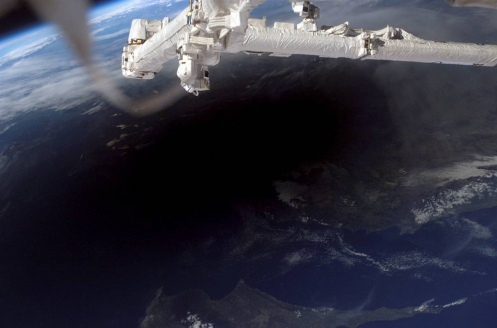 6. Любители солнечных затмений были готовы отправиться на край Земли, лишь бы увидеть, как Луна заслонит солнце. Астронавты космической станции сделали этот снимок лунной тени, накрывшей Турцию, северную часть Кипра и Средиземное море во время полного солнечного затмения 29 марта 2006 года. (Image Science & Analysis Laboratory, NASA Johnson Space Center)