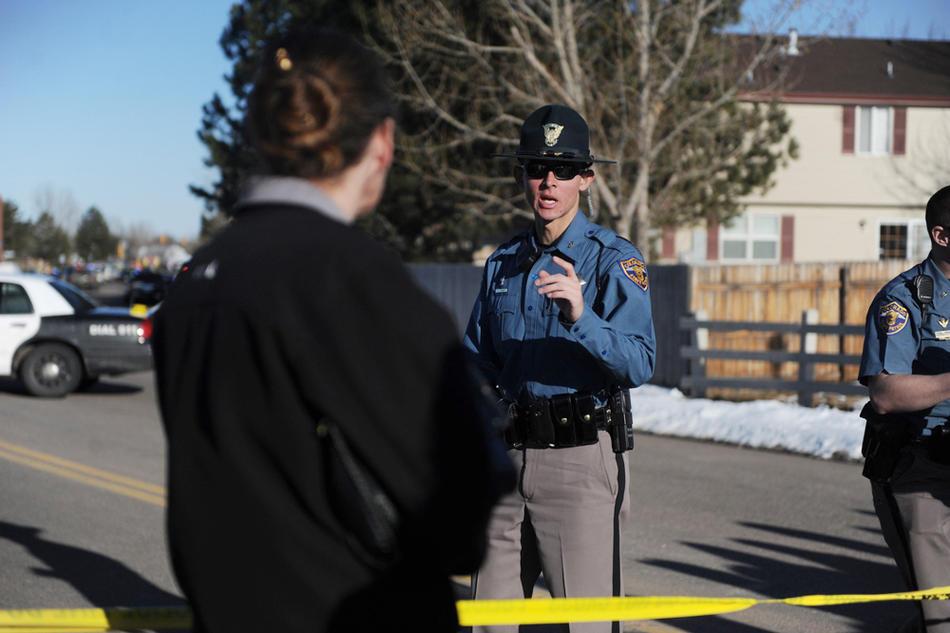 6. Полицейский объясняет родителям, что их дети будут отпущены позже днем. (Photo by Reza A. Marvashti / The Denver Post)