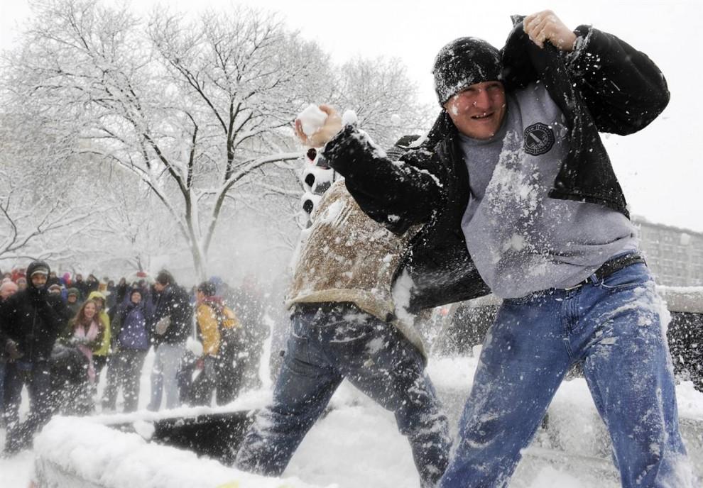 6. Два молодых человека вскочили в кузов своего пикапа, остановившегося на светофоре, и устроили снежный бой на улице Дюпонт Серкл в Вашингтоне 6 февраля. (Jonathan Ernst / Reuters)